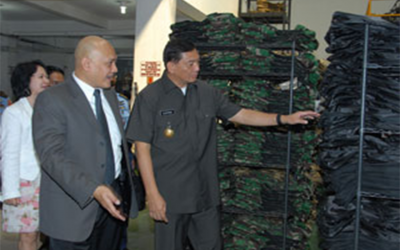 Wamenhan Kunjungi Pabrik Pembuat Rompi Anti Peluru di Cinere